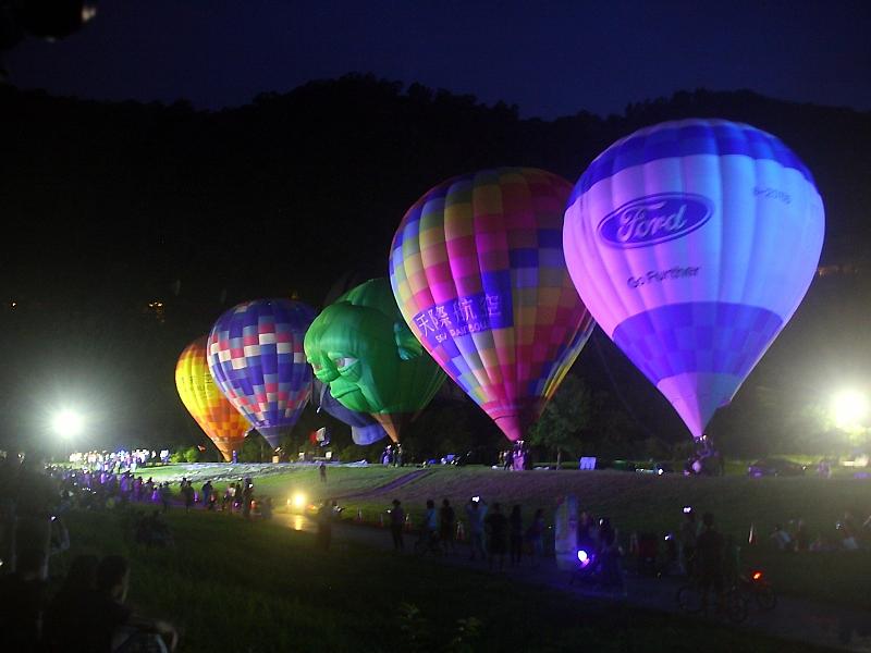 首次熱氣球夜間光雕噴火秀壯觀登場