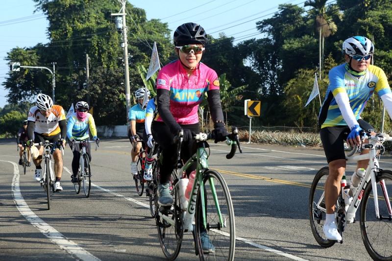 八卦傳騎單車網紅星飛雅領騎500車友騎遊八卦山脈